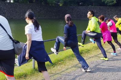走る途中にある柵を使ってストレッチ