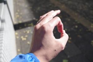 上り坂では親指と人差し指で丸を作る