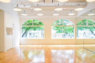 スタジオは光がしっかり差し込む空間。 表参道の街並みも見えます。