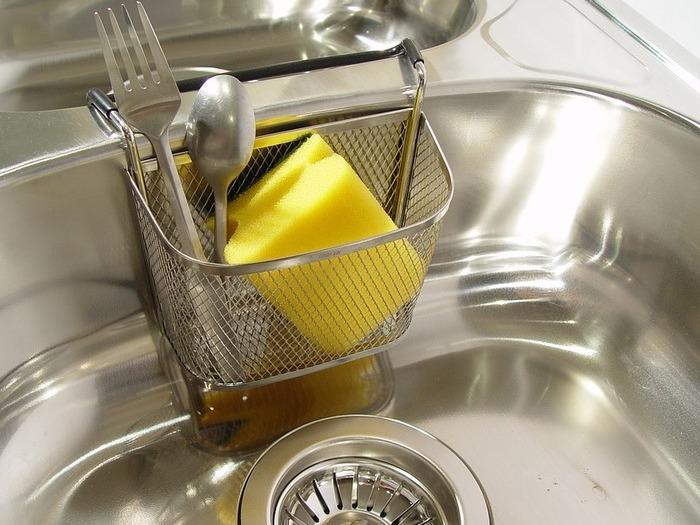 キッチンの流しから、嫌~なニオイが…。今すぐできる、排水口のニオイ対策法!